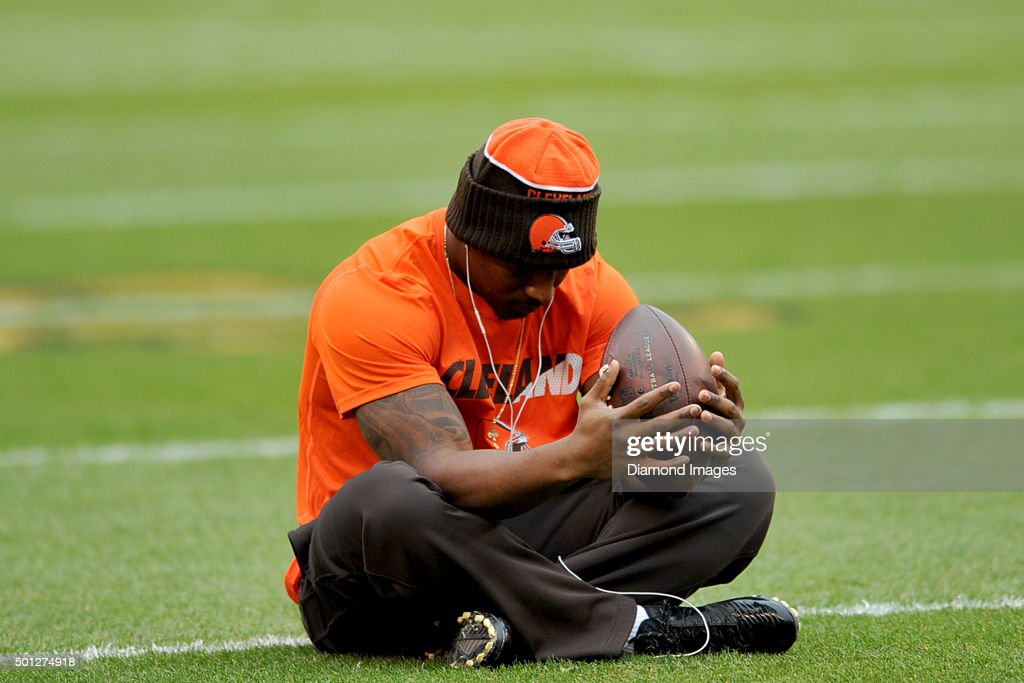 Running back <a gi-track='captionPersonalityLinkClicked' href=/galleries/search?phrase=Duke+Johnson+-+Jogador+de+futebol+americano&family=editorial&specificpeople=13981151 ng-click='$event.stopPropagation()'>Duke Johnson</a> #29 of the Cleveland Browns sits on the field prior to a game against the San Francisco 49ers on December 13, 2015 at FirstEnergy Stadium in Cleveland, Ohio. Cleveland won 24-10.