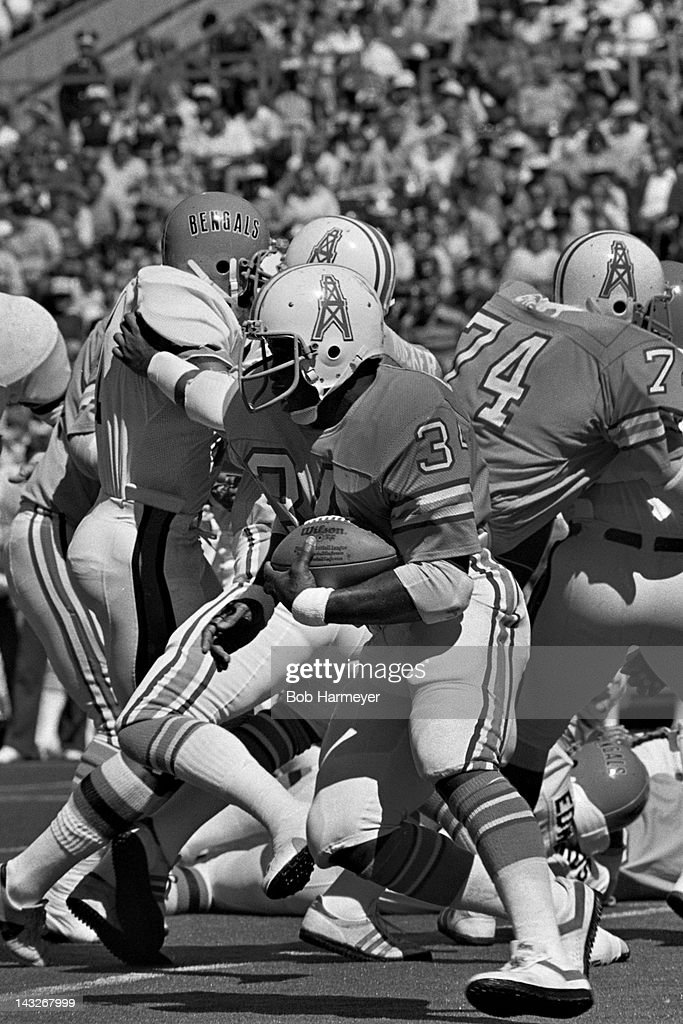 Running back <a gi-track='captionPersonalityLinkClicked' href=/galleries/search?phrase=Earl+Campbell&family=editorial&specificpeople=570909 ng-click='$event.stopPropagation()'>Earl Campbell</a> #34 of the Houston Oilers carries the ball against the Cincinnati Bengals on September 23, 1979, at Riverfront Stadium in Cincinnati, Ohio.