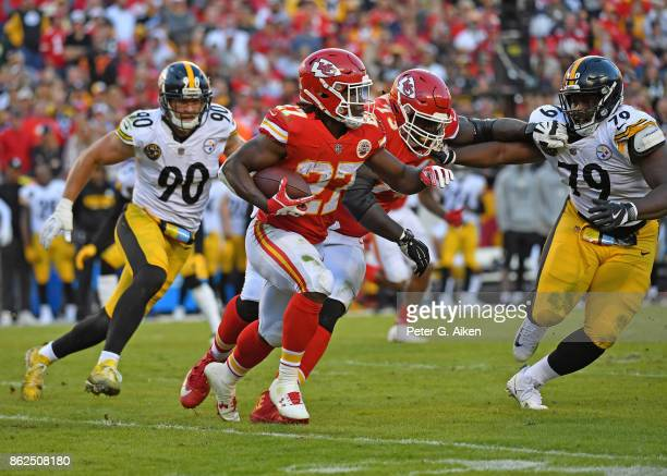 Running back Kareem Hunt of the Kansas City Chiefs runs to the outside against the Pittsburgh Steelers during the first half on October 15 2017 at...
