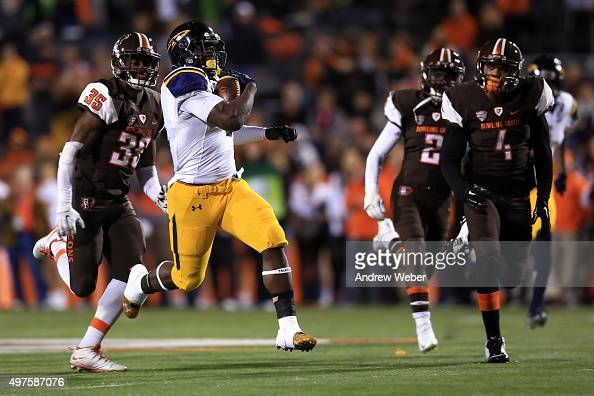 Running back Kareem Hunt of the Toledo Rockets runs the ball during the first quarter against the Bowling Green Falcons at Doyt Perry Stadium on...