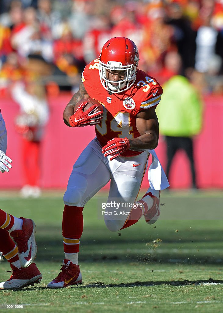 Running back <a gi-track='captionPersonalityLinkClicked' href=/galleries/search?phrase=Knile+Davis&family=editorial&specificpeople=6475514 ng-click='$event.stopPropagation()'>Knile Davis</a> #34 of the Kansas City Chiefs runs up field against the San Diego Chargers during the first half on December 28, 2014 at Arrowhead Stadium in Kansas City, Missouri.