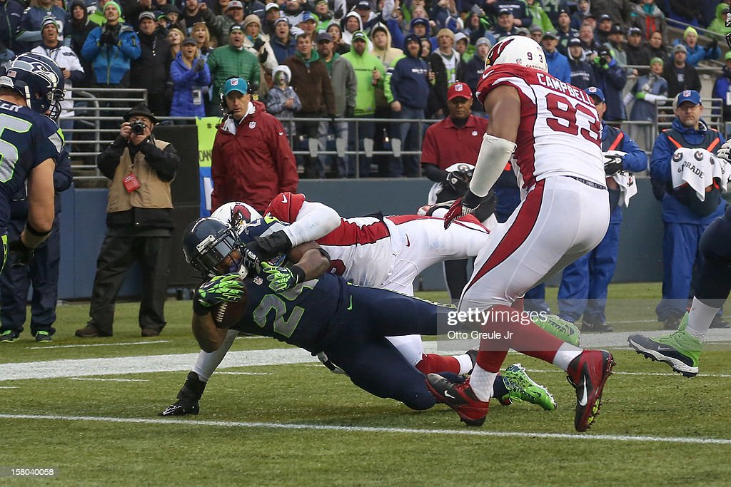 Running back Marshawn Lynch #24 of the Seattle Seahawks rushes for a touchdown in the second quarter against defensive tackle David Carter #79 of the Arizona Cardinals at CenturyLink Field on December 9, 2012 in Seattle, Washington. The Seahawks defeated the Cardinals 58-0.