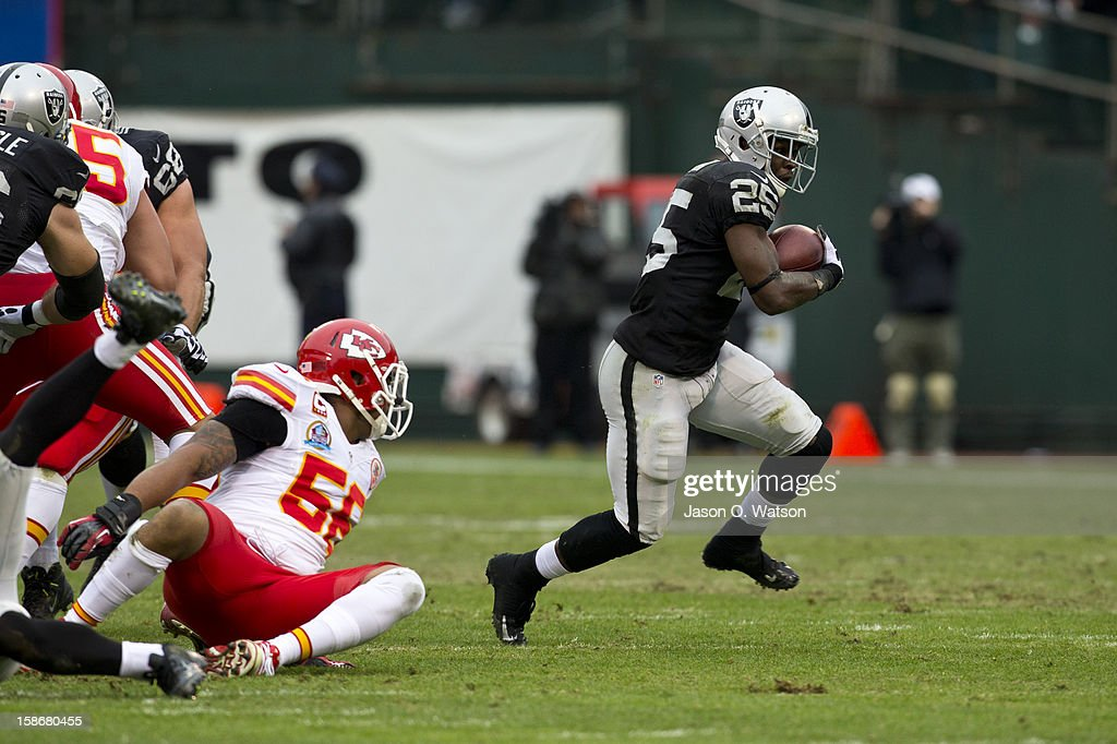 Running back Mike Goodson #25 of the Oakland Raiders rushes up field against the Kansas City Chiefs during the first quarter at O.co Coliseum on December 16, 2012 in Oakland, California. The Oakland Raiders defeated the Kansas City Chiefs 15-0. Photo by Jason O. Watson/Getty Images)