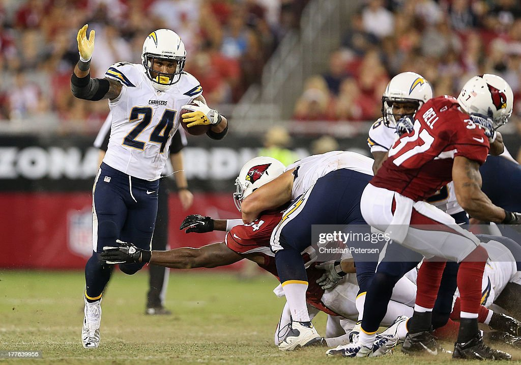 Running back <a gi-track='captionPersonalityLinkClicked' href=/galleries/search?phrase=Ryan+Mathews+-+American+football-speler&family=editorial&specificpeople=2082832 ng-click='$event.stopPropagation()'>Ryan Mathews</a> #24 of the San Diego Chargers rushes the football against the Arizona Cardinals during the first quarter of the preseason NFL game at the University of Phoenix Stadium on August 24, 2013 in Glendale, Arizona.