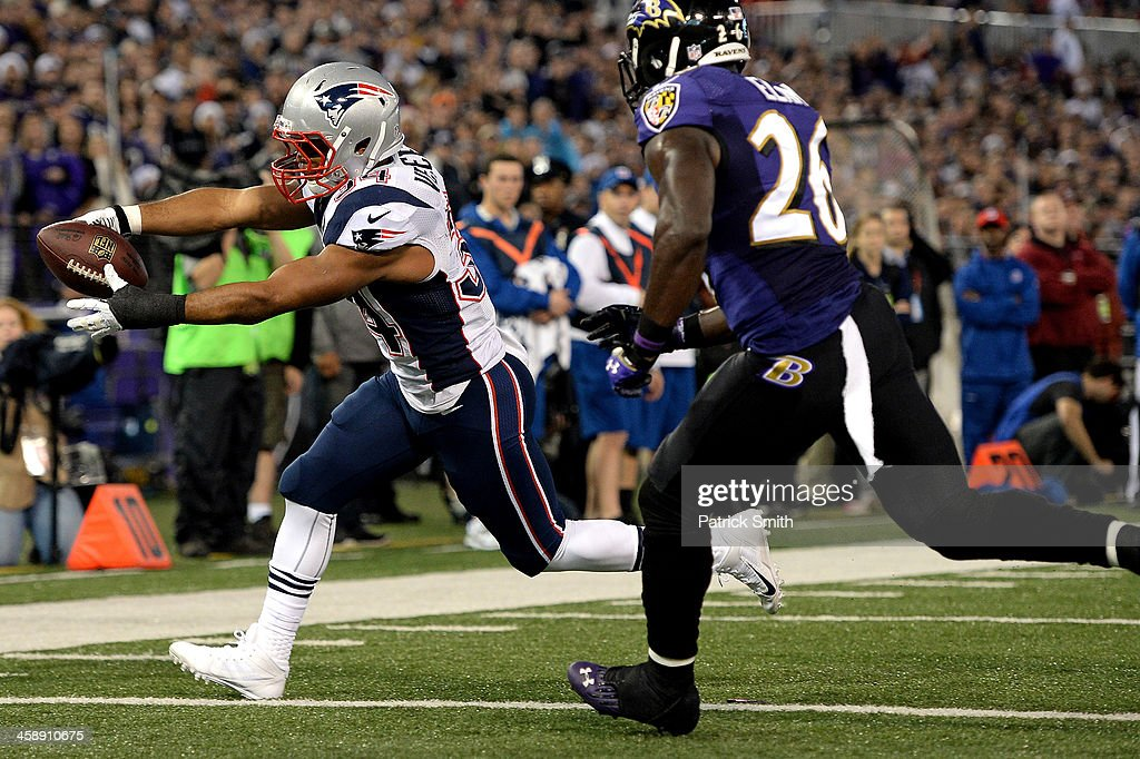 Running back Shane Vereen of the New England Patriots scores touchdown against the Baltimore Ravens in the first quarter at MT Bank Stadium on...