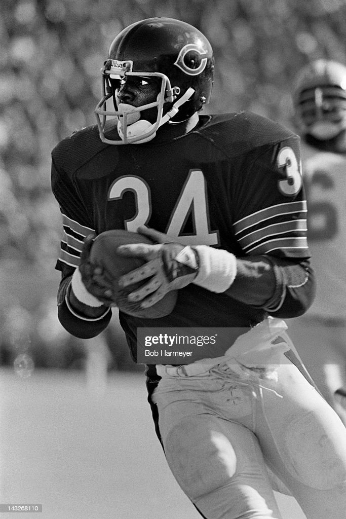 Running back <a gi-track='captionPersonalityLinkClicked' href=/galleries/search?phrase=Walter+Payton&family=editorial&specificpeople=216517 ng-click='$event.stopPropagation()'>Walter Payton</a> #34 of the Chicago Bears carries the ball against the Detroit Lions on October 19, 1980, at Soldier Field in Chigaco, Illinois.