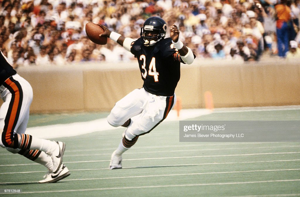 Running back <a gi-track='captionPersonalityLinkClicked' href=/galleries/search?phrase=Walter+Payton&family=editorial&specificpeople=216517 ng-click='$event.stopPropagation()'>Walter Payton</a> of the Chicago Bears in 1983.