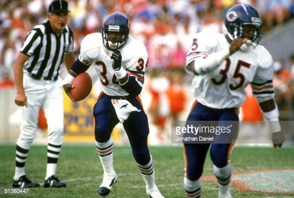 Running back Walter Payton of the Chicago Bears runs alongside teammate Neal Anderson during a NFL game circa 19861987