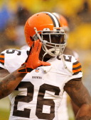 DECEMBER 29 2013 Running back Willis McGahee of the Cleveland Browns waves toward a fan prior to a game against the Pittsburgh Steelers on December...