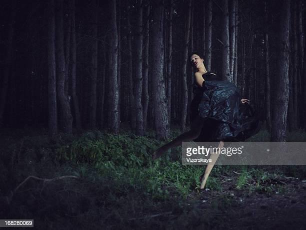 running Mädchen in der Nacht-Wald