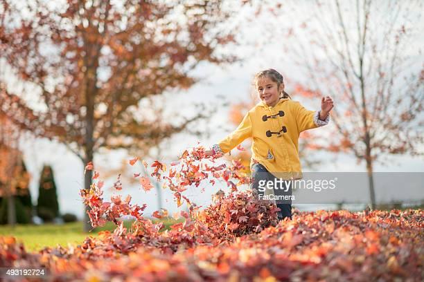 Courir à travers feuilles sur une journée d'automne
