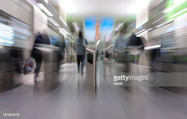 を走る地下鉄ゲート