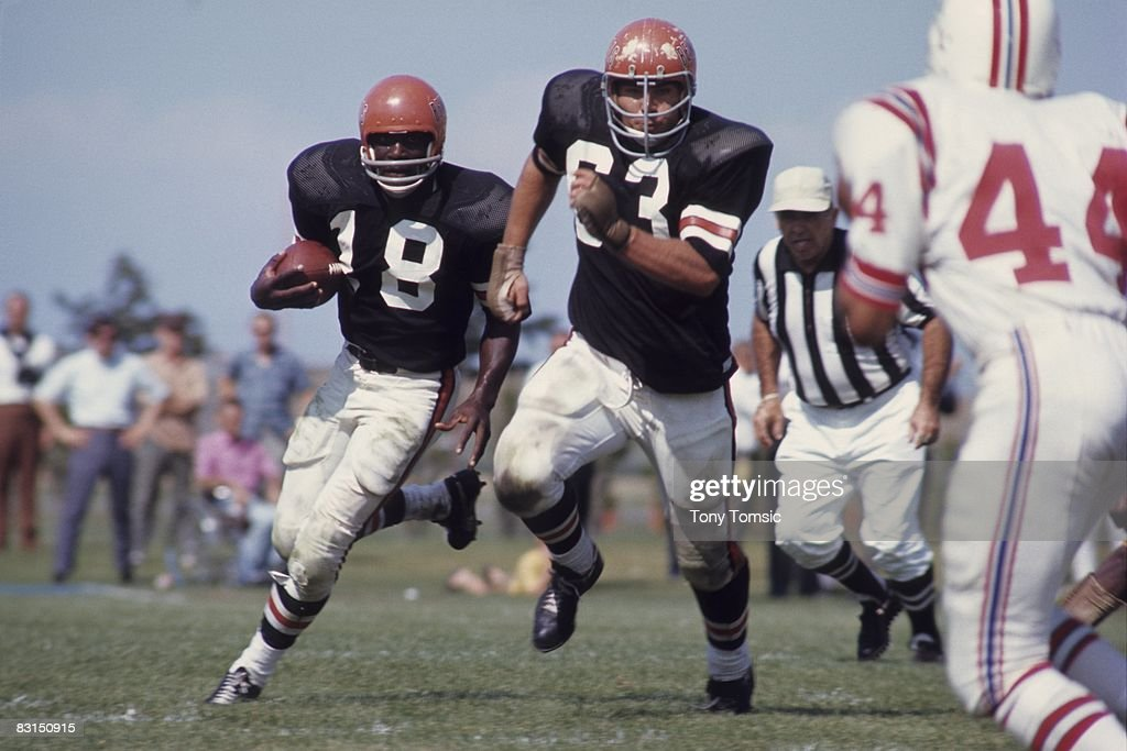 Runningback Paul Robinson of the Cincinnati Bengals runs with the ball during a preseason game on August 10 1969 against the Boston Patriots in...