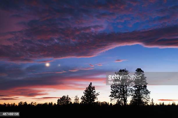 Campagne au coucher du soleil et proposant Venus de Jupiter