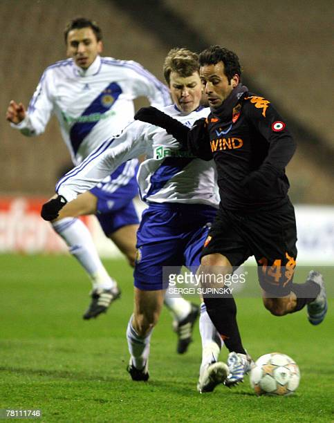 Ruslan Rotan of Dinamo Kiev vies for the ball with Ludovic Giuly of AS Roma during their UEFA Champion's League football match in Kiev 27 November...