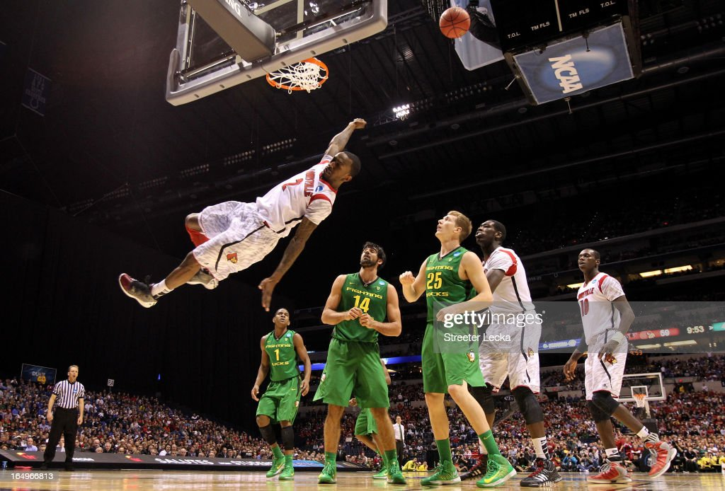 <a gi-track='captionPersonalityLinkClicked' href=/galleries/search?phrase=Russ+Smith+-+Joueur+de+basketball&family=editorial&specificpeople=10584261 ng-click='$event.stopPropagation()'>Russ Smith</a> #2 of the Louisville Cardinals falls to the court afterhe missed a dunk attempt in the second half against the Oregon Ducks during the Midwest Region Semifinal round of the 2013 NCAA Men's Basketball Tournament at Lucas Oil Stadium on March 29, 2013 in Indianapolis, Indiana.