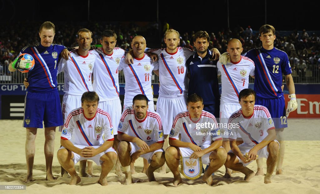 Russia lines up for a team photo during the FIFA Beach Soccer World Cup Tahiti 2013 Final between Spain and Russiai at the Tahua To'ata Stadium on September 28, 2013 in Papeete, French Polynesia.