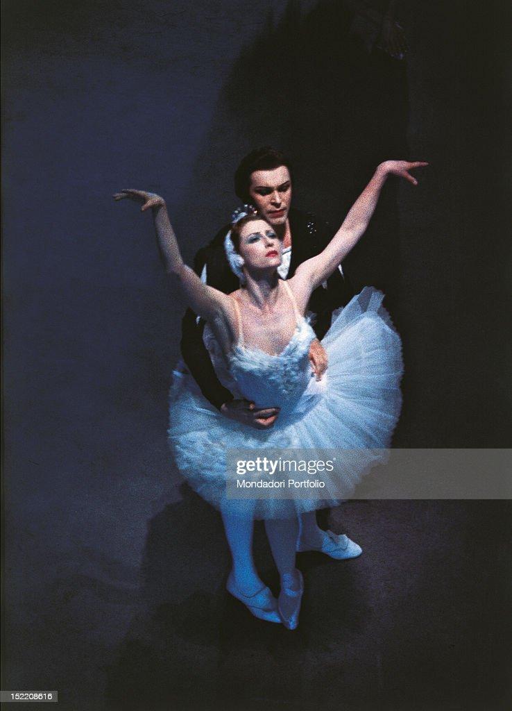 Russian dancers <a gi-track='captionPersonalityLinkClicked' href=/galleries/search?phrase=Maya+Plisetskaya&family=editorial&specificpeople=763156 ng-click='$event.stopPropagation()'>Maya Plisetskaya</a> and Nikolai Fadeyechev performing 'Swan Lake'. Milan, April 1964