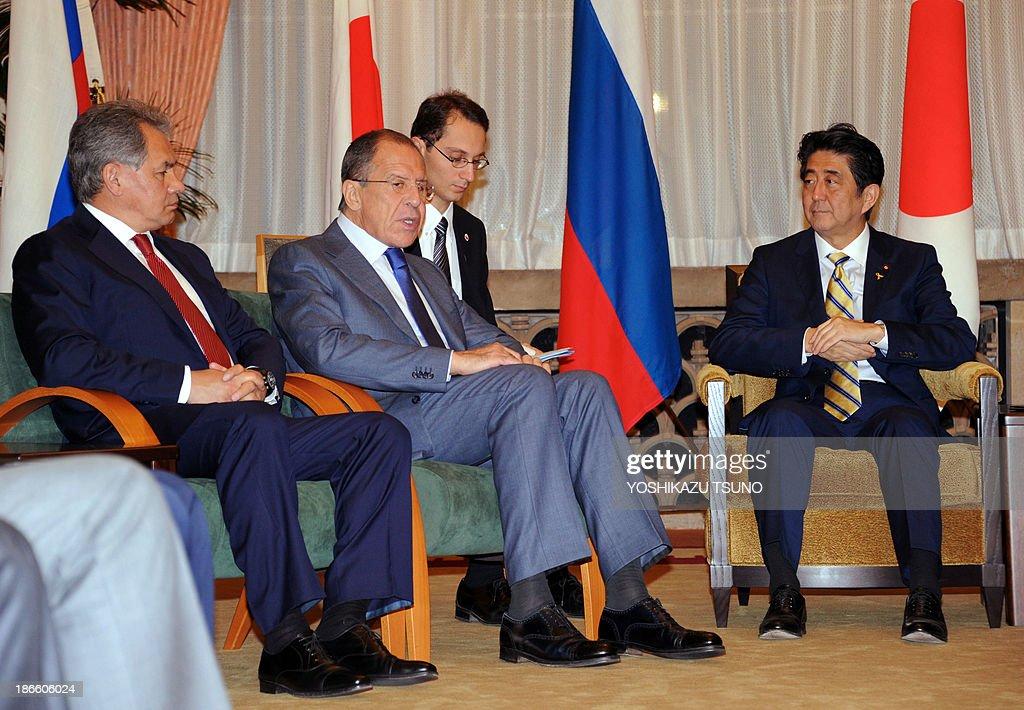 Russian Defense Minister Sergei Shoigu (L), Russian Foreign Minister Sergey Lavrov (2nd L) and Japanese Prime Minister Shinzo Abe (R) attend a meeting at the prime minister's residence in Tokyo on November 2, 2013. AFP PHOTO / POOL / Yoshikazu TSUNO