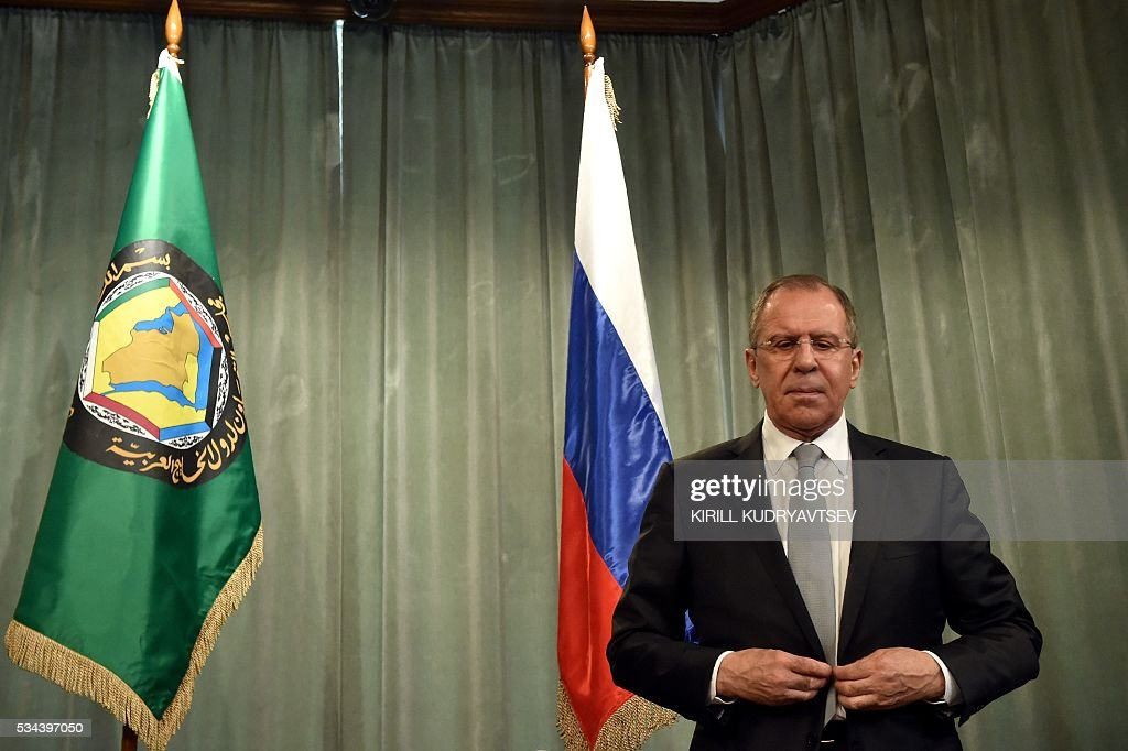 Russian Foreign Minister Sergei Lavrov adjusts his jacket during a joint press conference with his Saudi Arabia's counterpart following Sergei Lavrov's meeting with foreign ministers of the Gulf Cooperation Council (GCC) in Moscow on May 26, 2016. / AFP / KIRILL