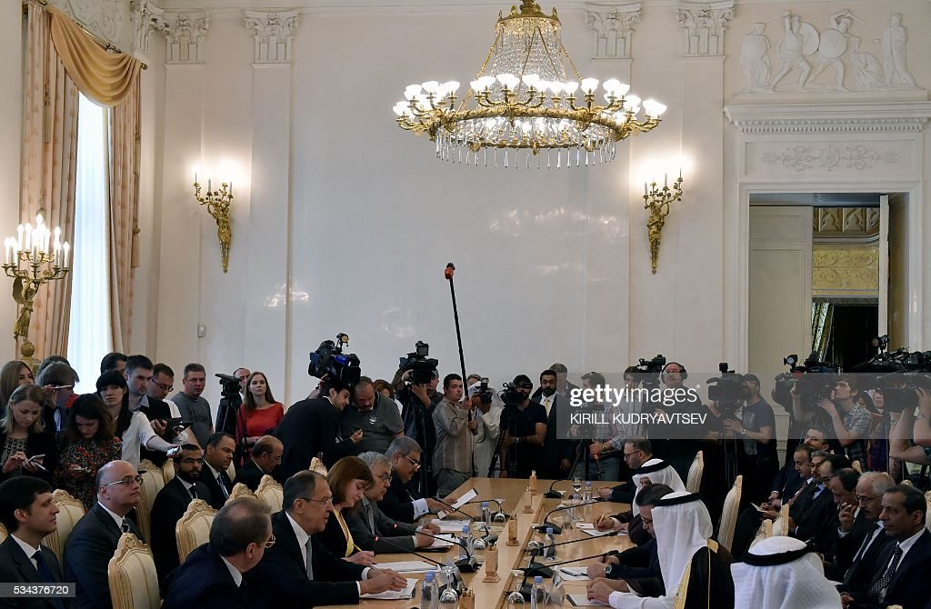 Russian Foreign Minister Sergei Lavrov (2nd L at table) meets with foreign ministers of the Gulf Cooperation Council (GCC) in Moscow on May 26, 2016. / AFP / KIRILL
