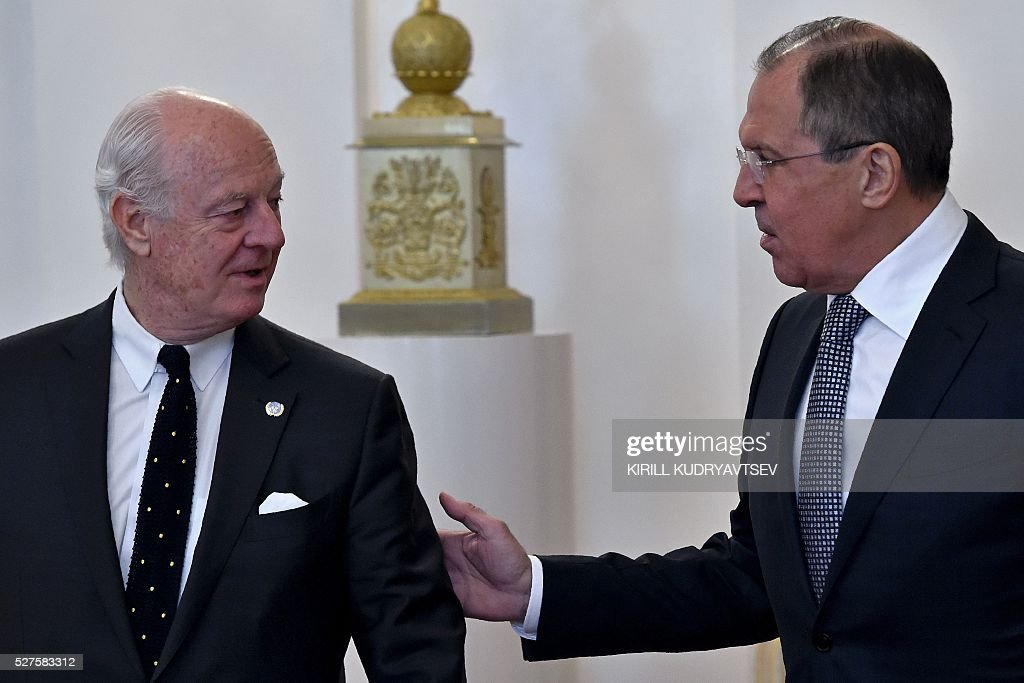 Russian Foreign Minister Sergei Lavrov (R) meets with United Nations envoy for Syria Staffan de Mistura in Moscow on May 3, 2016. UN envoy Staffan de Mistura said on May 3 a faltering truce in Syria must be 'brought back on track' as he held talks in Moscow with Russian Foreign Minister Sergei Lavrov on ending a fresh upsurge in fighting. / AFP / KIRILL