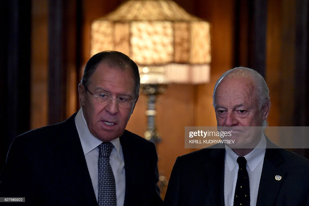 Russian Foreign Minister Sergei Lavrov (L) meets with United Nations envoy for Syria Staffan de Mistura in Moscow on May 3, 2016. UN envoy Staffan de Mistura said on May 3 a faltering truce in Syria must be 'brought back on track' as he held talks in Moscow with Russian Foreign Minister Sergei Lavrov on ending a fresh upsurge in fighting. / AFP / KIRILL