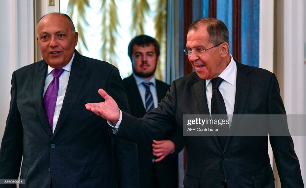 Russian Foreign Minister Sergei Lavrov (R) welcomes his Egyptian counterpart Sameh Shoukry during a meeting in Moscow on August 21, 2017. / AFP PHOTO / Alexander NEMENOV