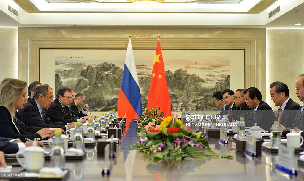 Russian Foreign Minister Sergey Lavrov (2nd L) and Chinese Foreign Minister Wang Yi (2nd R) attend a meeting at the Ministry of Foreign Affairs in Beijing on April 29, 2016. / AFP / POOL / KENZABURO