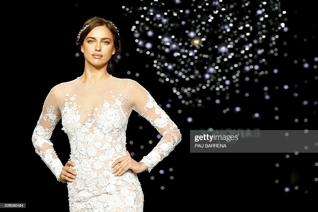 Russian model Irina Shayk presents a creation of the Pronovias 2016 collection during a press preview on the last day of the Barcelona Bridal Week in Barcelona, on April 29, 2016. / AFP / PAU