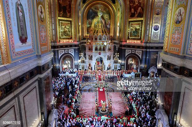Russian Orthodox believers celebrate Easter at the Christ the Savior Cathedral in Moscow early on May 1 2016 / AFP / KIRILL KUDRYAVTSEV