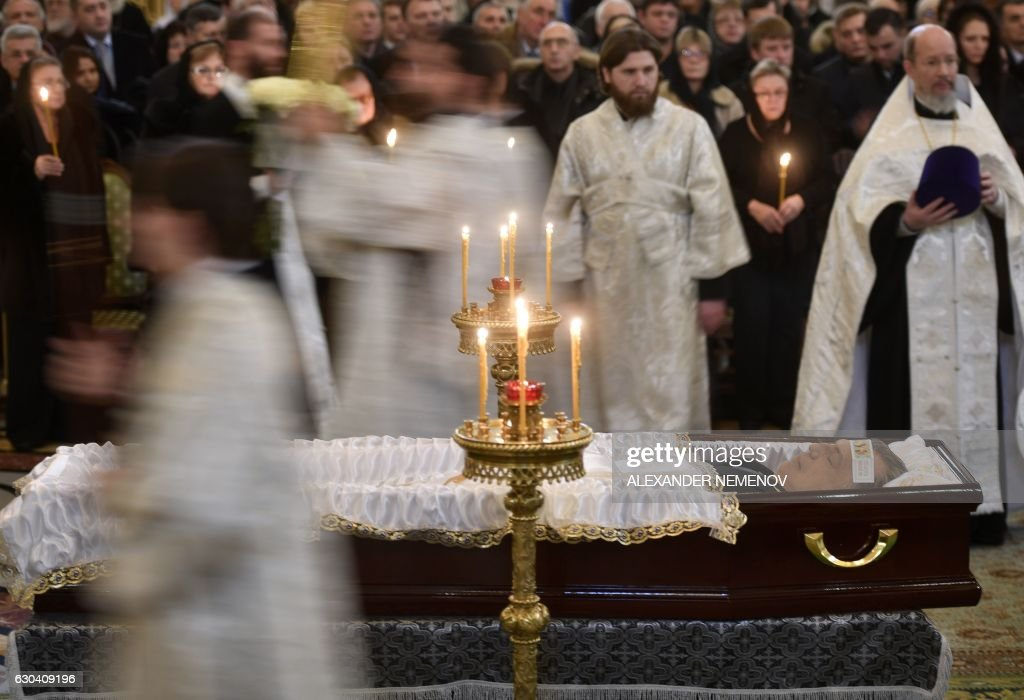 TOPSHOT - Russian Orthodox priests stand by the casket of slain Russian Ambassador to Turkey Andrei Karlov during the funeral ceremony at the Christ the Savior Cathedral in Moscow on December 22, 2016. Russian President Vladimir Putin on December 22 bade farewell to Andrei Karlov at a packed memorial ceremony in Moscow for the diplomat who was assassinated in Turkey by an off-duty policeman. / AFP / Alexander NEMENOV
