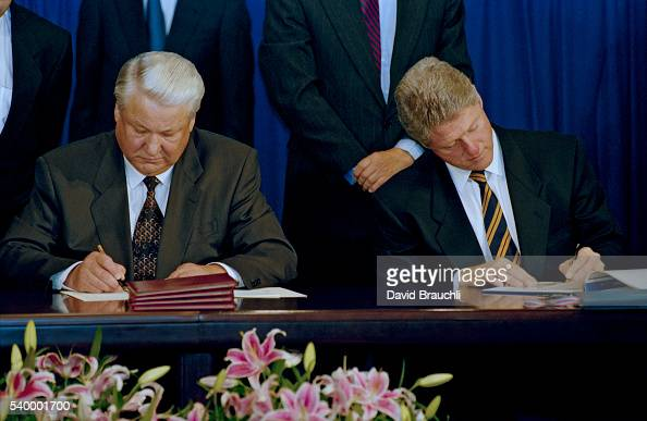 Russian President Boris Yeltsin and American president Bill Clinton sign the CSCE agreement in Hungary