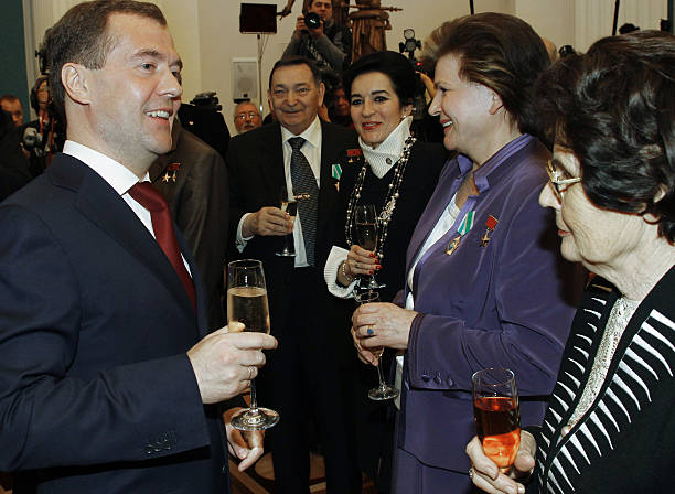 Parole libre - Page 3 Russian-president-dmitry-medvedev-speaks-with-soviet-cosmonaut-yuri-picture-id112130067?k=6&m=112130067&s=612x612&w=0&h=zwgtSYSbSXZPn2aFK-xF3JzcsElGGNRNsHw4DseeTMY=