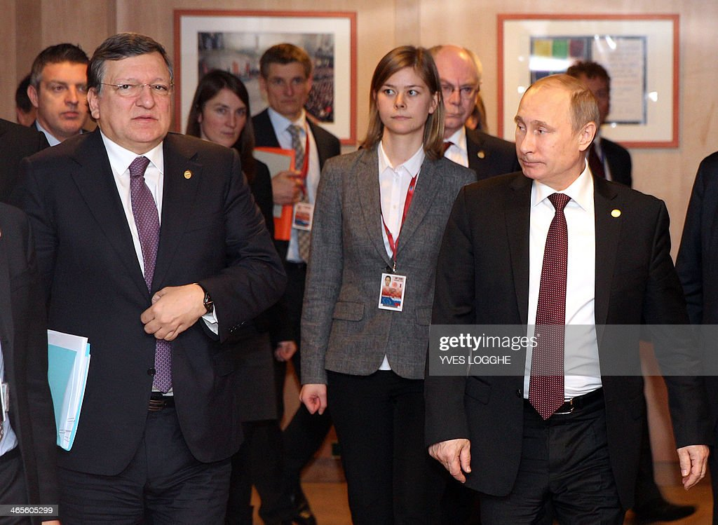 Russian President Vladimir Putin (R) and European Commission President Jose Manuel Barroso walk towards a meeting room at the European Council building in Brussels on January 28, 2014. Russian President Vladimir Putin and the EU's top officials went into talks on January 28 sharply divided over Ukraine and eastern Europe, with trust in short supply and little sign of compromise. AFP PHOTO / POOL / Yves Logghe