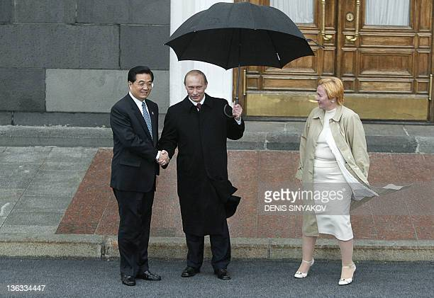 Russian President Vladimir Putin and his wife Ludmila greet Chinese President Hu Jintao before attending the military parade 09 May 3005 on the Red...