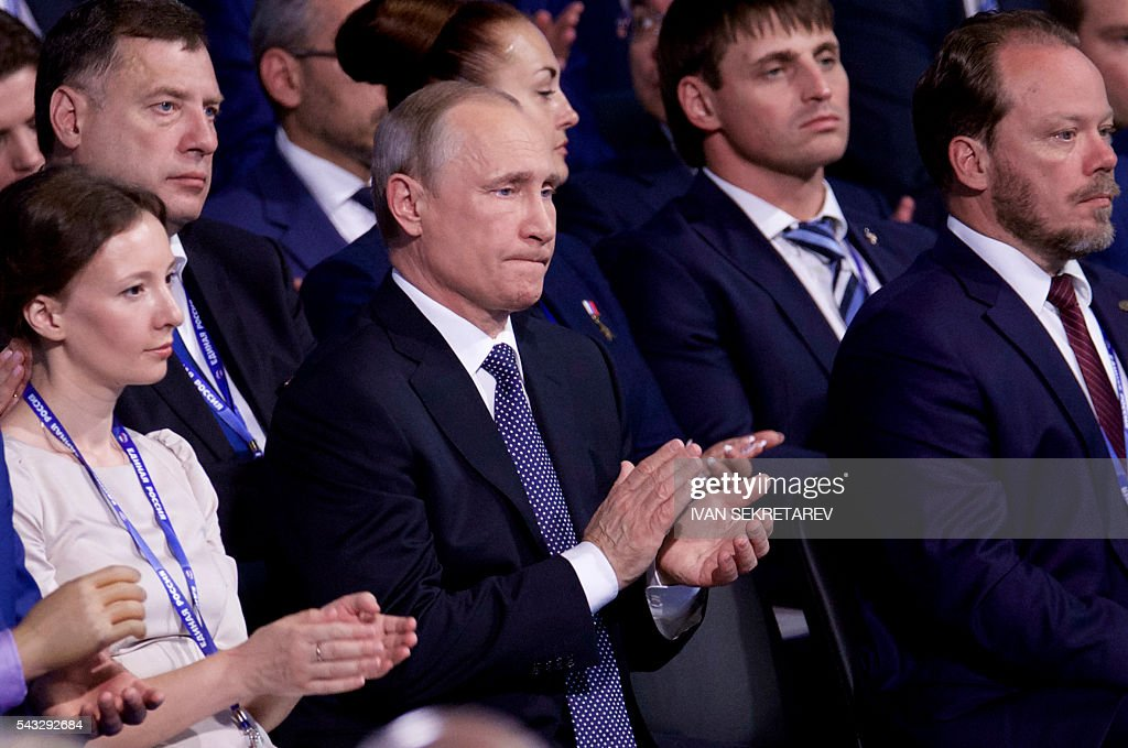 Russian President Vladimir Putin applauds (C) as he attends the 15th Convention of the ruling party United Russia in Moscow on June 27, 2016, ahead of parliamentary elections in September. / AFP / POOL / Ivan Sekretarev