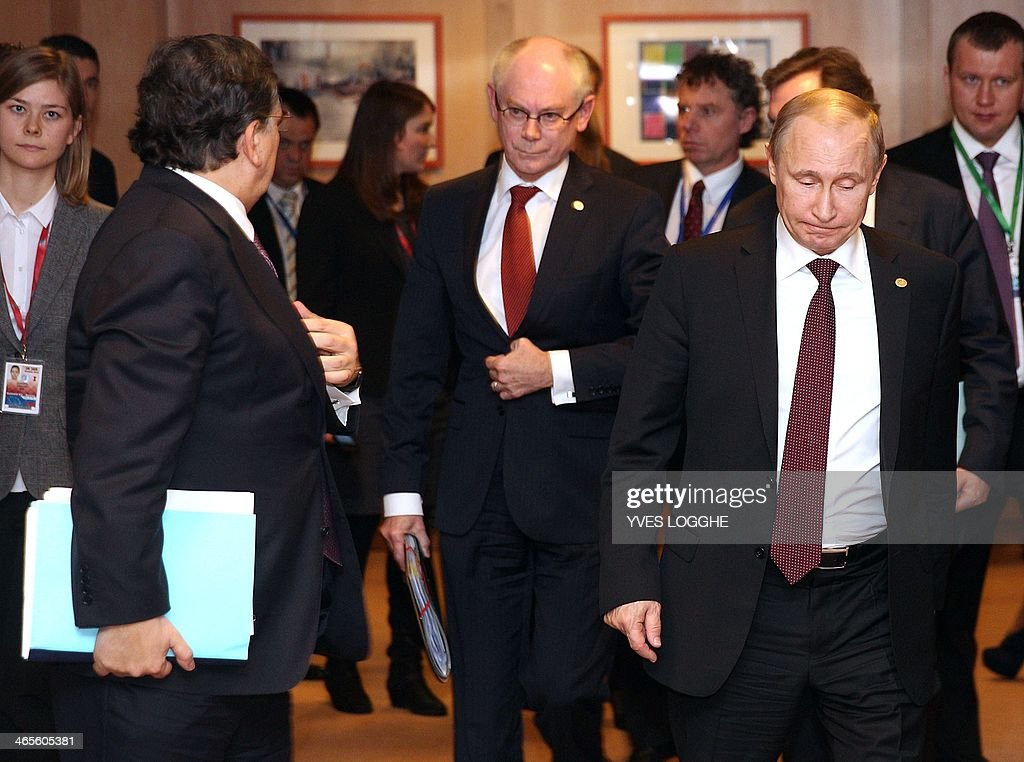 Russian President Vladimir Putin (R), European Council President Herman Van Rompuy (C) and European Commission President Jose Manuel Barroso walk towards a meeting room at the European Council building in Brussels on January 28, 2014. Russian President Vladimir Putin and the EU's top officials went into talks on January 28 sharply divided over Ukraine and eastern Europe, with trust in short supply and little sign of compromise. AFP PHOTO / POOL / Yves Logghe