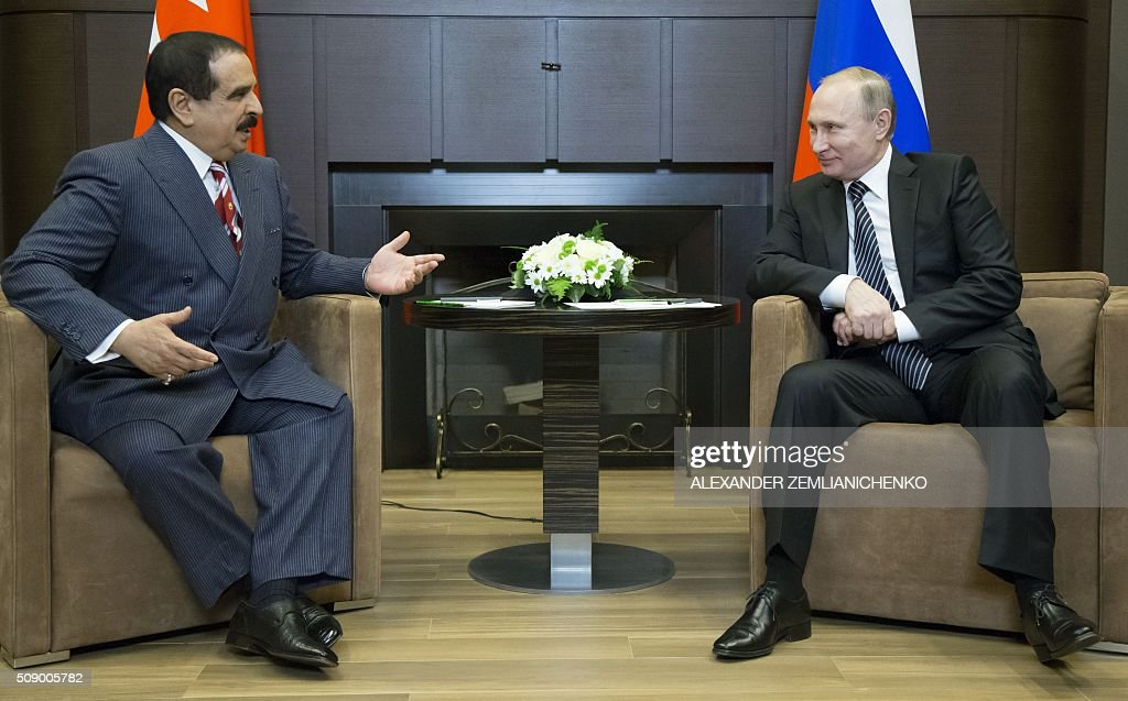 Russian President Vladimir Putin (R) meets with Bahrain's King Hamad bin Isa Al-Khalifa at the Bocharov Ruchei state residence in Sochi, on February 8, 2016. AFP PHOTO / POOL / ALEXANDER ZEMLIANICHENKO / AFP / POOL / ALEXANDER ZEMLIANICHENKO