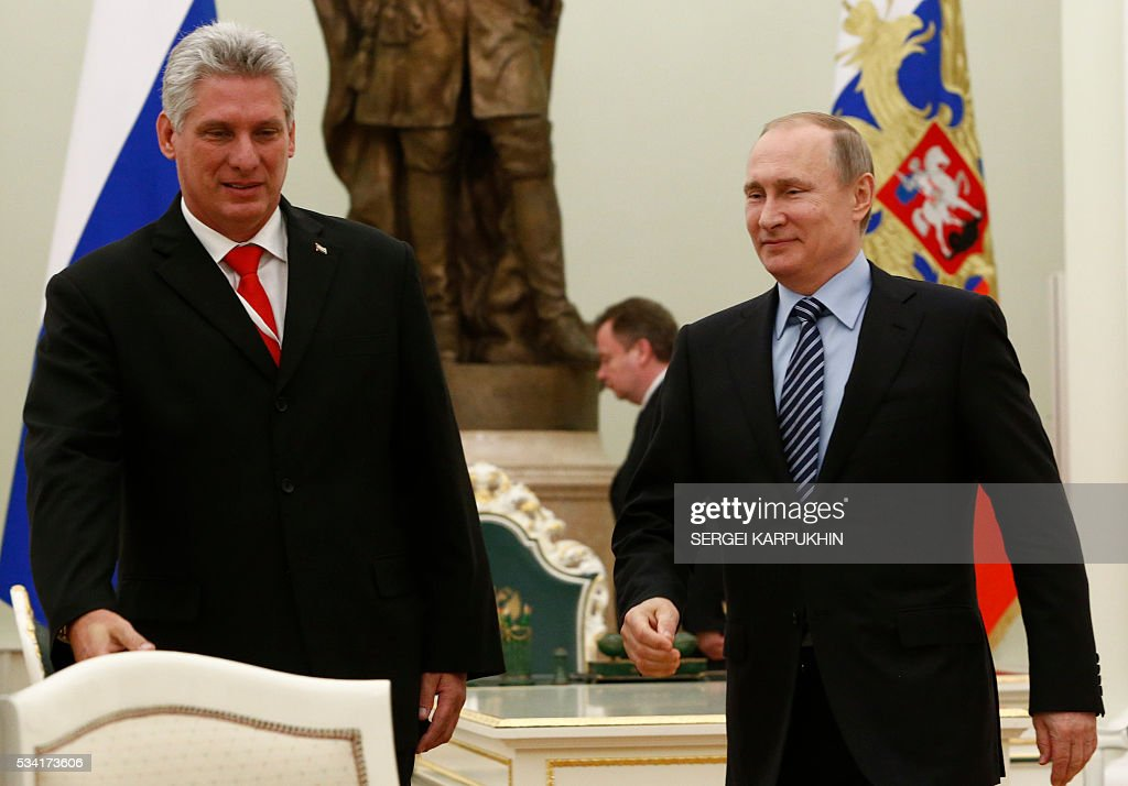 Russian President Vladimir Putin (R) meets with Cuban First Vice President Miguel Diaz Canel at the Kremlin in Moscow on May 25, 2016. / AFP / POOL / SERGEI