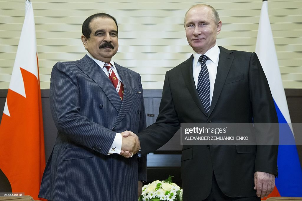 Russian President Vladimir Putin (R) shakes hands with Bahrain's King Hamad bin Isa Al-Khalifa during a meeting at the Bocharov Ruchei state residence in Sochi, on February 8, 2016. AFP PHOTO / POOL / ALEXANDER ZEMLIANICHENKO / AFP / POOL / ALEXANDER ZEMLIANICHENKO