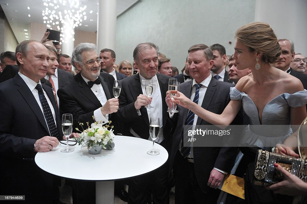 Russian President Vladimir Putin, Spanish tenor Placido Domingo, artistic and general director of the Mariinsky Theatre Valery Gergiev, presidential administration head Sergei Ivanov and top model Natalia Vodianova toast after the Grand gala dedicated to the opening ceremony of the new stage of Mariinsky II theatre in Saint-Petersburg on May 2, 2013. Russia's famous Mariinsky theatre was to inaugurate a new ballet and opera house on May 2. AFP PHOTO / RIA NOVOSTI / ALEXEY NIKOLSKY / AFP / RIA NOVOSTI / ALEXEY NIKOLSKY