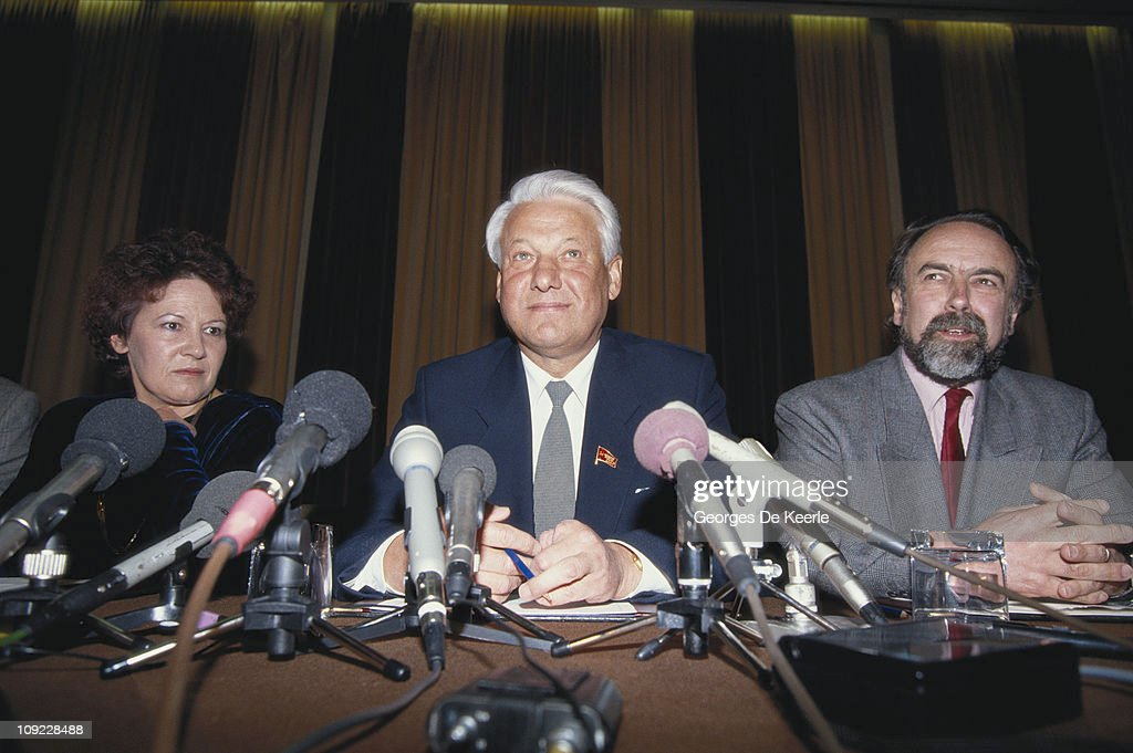 Russian statesman <a gi-track='captionPersonalityLinkClicked' href=/galleries/search?phrase=Boris+Yeltsin&family=editorial&specificpeople=93169 ng-click='$event.stopPropagation()'>Boris Yeltsin</a> (1931 - 2007, centre) at a press conference in London, 27th April 1990.