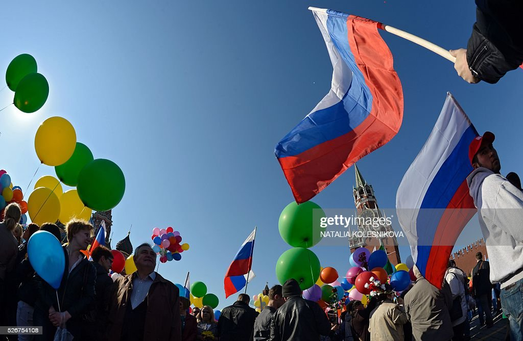 Russian Trade Unions' members holding balloons and flags gather on Red Square in Moscow on May 1, 2016, during their May Day demonstration. / AFP / NATALIA