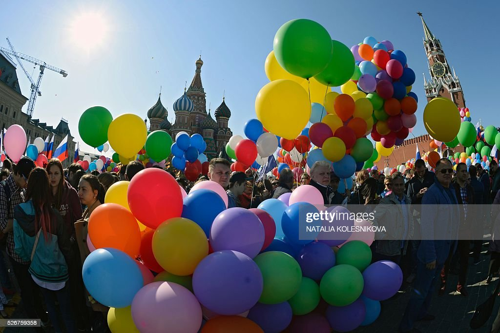 Russian Trade Unions' members holding balloons and flags parade on Red Square in Moscow on May 1, 2016, during their May Day demonstration. / AFP / NATALIA