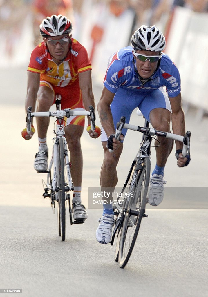 Russia's Alexandr Kolobnev (R) powers to finish second of the Elite men's world road race championships ahead of Spain's Joaquin Rodriguez (L) at Mendrisio on September 27, 2009. Australia's Cadel Evans won ahead of Russia's Alexandr Kolobnev and Spain's Joaquin Rodriguez .
