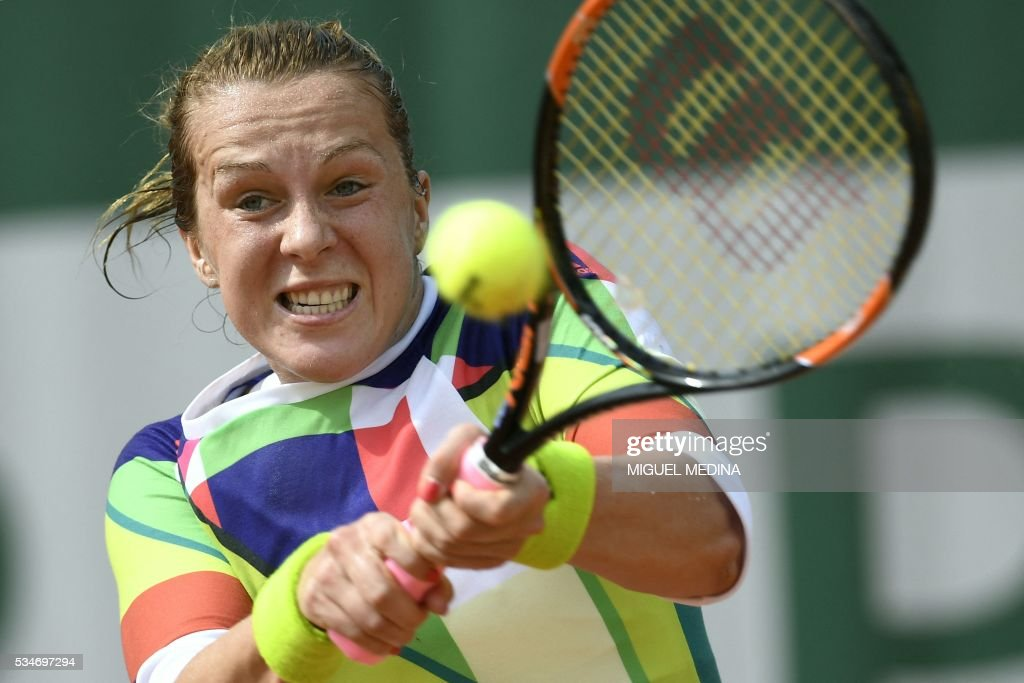 Russia's Anastasia Pavlyuchenkova returns the ball to Russia's Svetlana Kuznetsova during their women's third round match at the Roland Garros 2016 French Tennis Open in Paris on May 27, 2016. / AFP / MIGUEL
