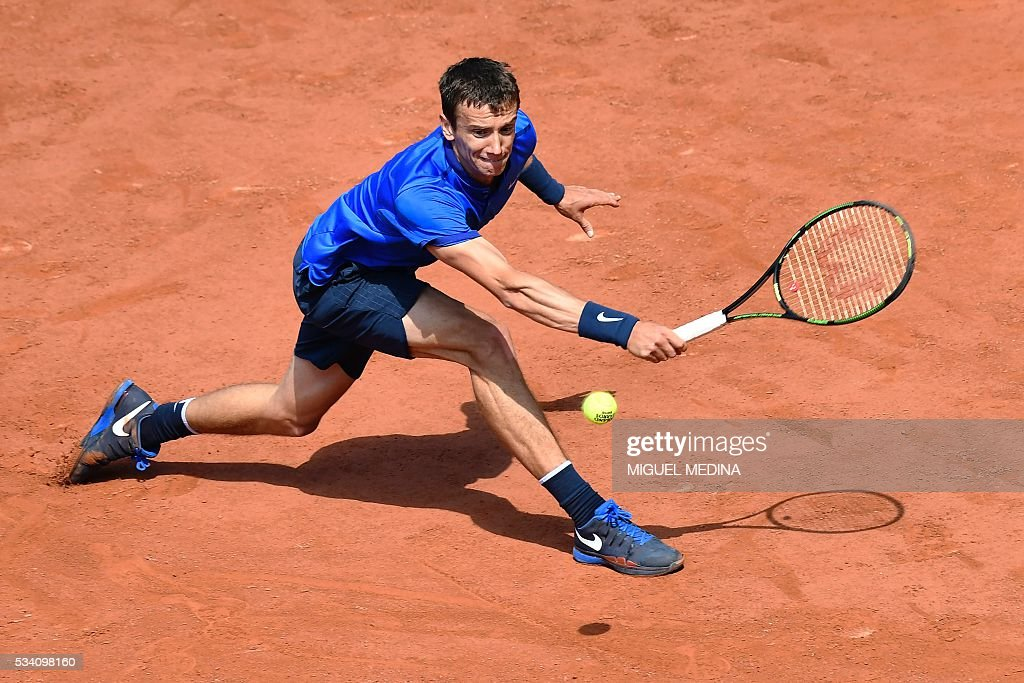 Russia's Andrey Kuznetsov returns the ball to Japan's Kei Nishikori during their men's second round match at the Roland Garros 2016 French Tennis Open in Paris on May 25, 2016. / AFP / MIGUEL