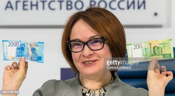 Russia's Central bank chief Elvira Nabiullina presents the new 2000 and 200 ruble banknotes in Moscow on October 12 2017 / AFP PHOTO / Yuri KADOBNOV
