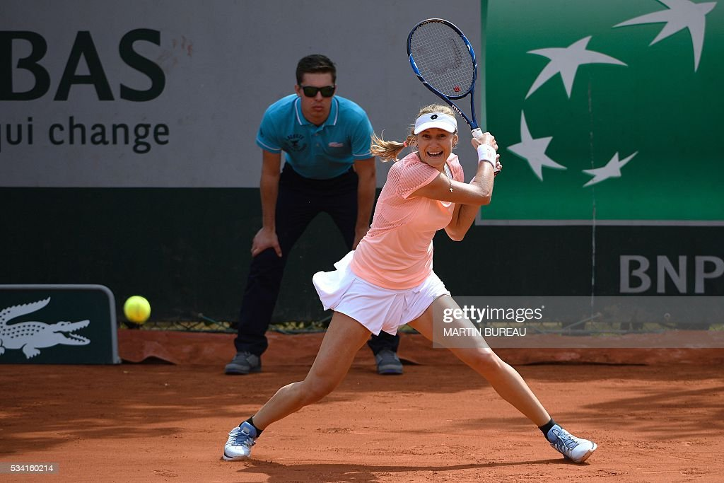 Russia's Ekaterina Makarova returns the ball to Belgium's Yanina Wickmayer during their women's second round match at the Roland Garros 2016 French Tennis Open in Paris on May 25, 2016. / AFP / MARTIN